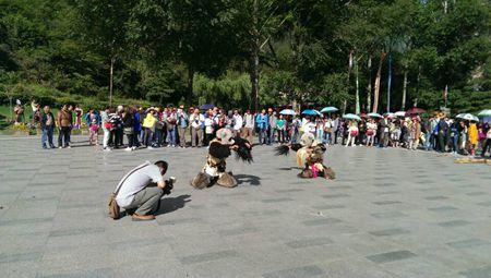白马藏族非物质文化表演在九寨沟景区生态广场开演